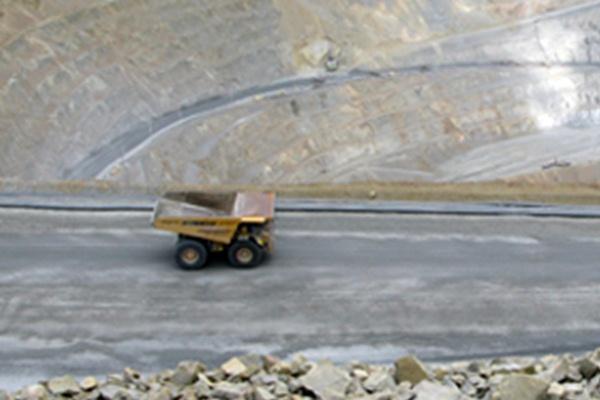 Kendaraan pengangkut barang hasil tambang milik Bumi Resources Minerals (BRMS) beroperasi di lokasi proyek.
