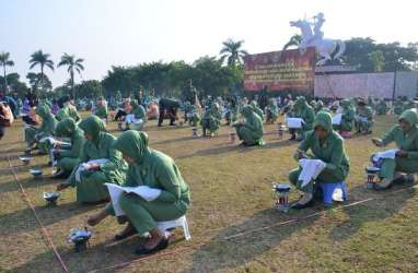 MEMBATIK MASSAL, 5.000 Istri Anggota TNI Pecahkan Rekor MURI