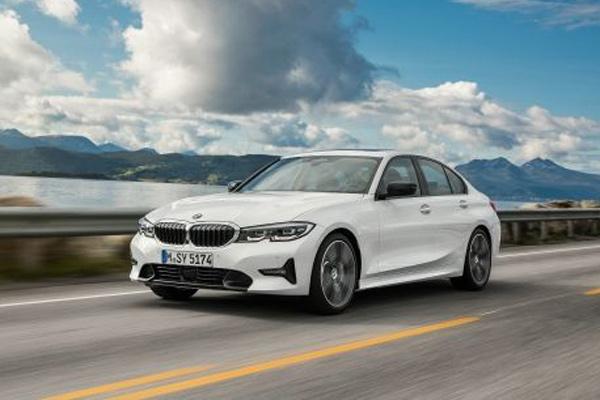 All-new BMW Seri 3 Sedan, Model Sport Line, warna mineral white metallic, Rim 19 styling individual 793i (10/2018). - BMW
