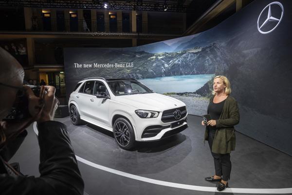 """Mercedes-Benz GLE, yang dipersembahkan oleh Britta Seeger, Anggota Dewan Manajemen Daimler AG, yang bertanggung jawab atas Pemasaran Mobil Mercedes-Benz & Penjualan, merayakan World Premiere di """"Meet Mercedes"""" di Paris.  - DAIMLER"""
