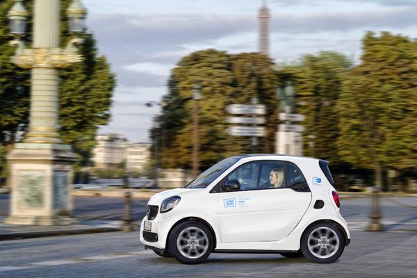 Pada Januari 2019, Car2go akan diluncurkan di Paris dengan armada listrik penuh 400 mobil pintar Fortwo EQ.  - DAIMLER