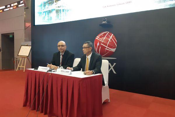 Direktur Utama PT Super Energy Tbk. (SURE) Agustus Sani Nugroho (kiri) dan Direktur Independen SURE Andreas S. Tjendana memberikan keterangan setelah saham perseroan resmi diperdagangan di Bursa Efek Indonesia (BEI), Jumat (5/10). - Bisnis/Hafiyyan