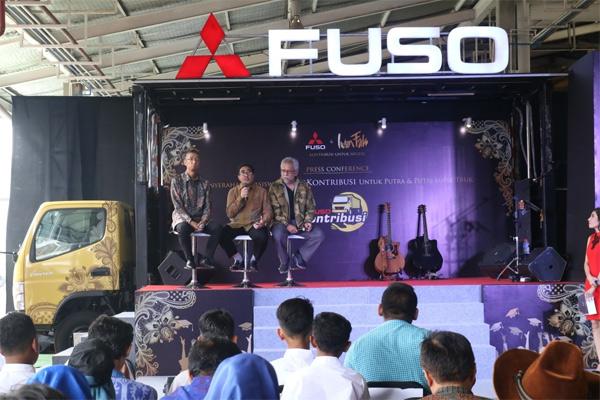 Direktur Sales & Marketing PT Krama Yudha Tiga Berlian Motors (KTB) Duljatmono, dan Duta Merek Mitsubishi Fuso Iwan Fals.  - KTB