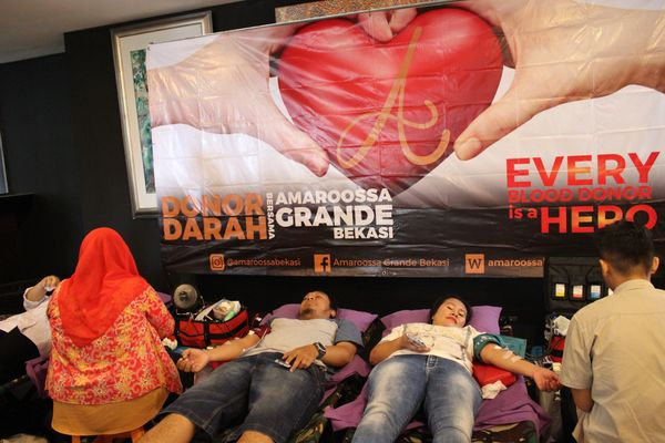 Para peserta donor darah dalam rangka ulang tahun ke-4 Hotel Amaroossa Grande Bekasi berbaring sambil menunggu proses pendonoran berakhir, Sabtu (6/10). - Dok. Amaroossa Grande Bekasi