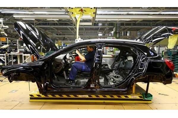 Karyawan Mercedes Benz sedang mengerjakan interior mobil di pabrik Mercedes-Benz di Rastatt, Jerman (22/12016). - REUTERS/Kai Pfaffenbach