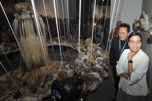 Menteri Keuangan Sri Mulyani dan Kepala Badan Ekonomi Kreatif Triawan Munaf menyaksikan salah satu karya dalam pameran seni rupa Art Bali, di Nusa Dua, Bali (9/10/2018). Art Bali merupakan kegiatan paralel Pertemuan Tahunan IMF-World Bank Group yang menampilkan karya terbaik 39 seniman dari Indonesia dan mancanegara. - Bisnis/Ema Sukarelawanto
