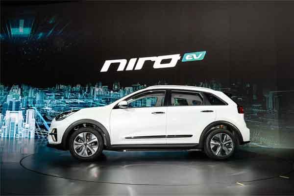 Kia Niro EV. Kia e/Niro listrik crossover meluncur di Eropa pada akhir 2018, menawarkan rentang pengendaraan listrik niremisi hingga 485 kilometer (301 mil) dalam sekali pengisian daya. /Kia