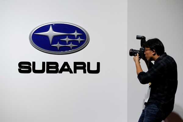 Seorang fotografer membidik logo Subaru di arena The 45th Tokyo Motor Show 2017.  - Reuters