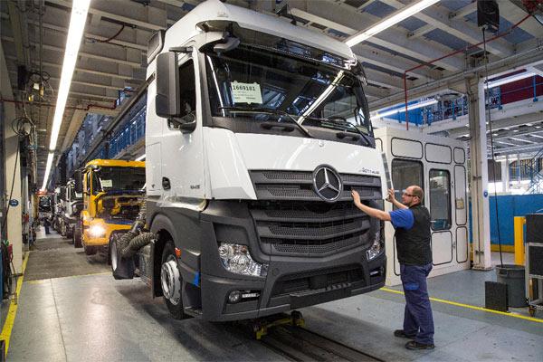 Produksi truk e-Actros di pabrik Daimler.  - Martin