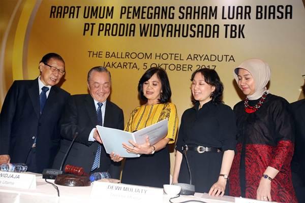 Dirut Prodia Widyahusada (PRDA), Dewi Muliaty (tengah) berbincang dengan Komisaris Utama Andi Widjaja (kedua kiri), Komisaris Gunawan Prawiro Soeharto (kiri), Direktur Liana Kuswandi (kedua kanan) dan Direktur Indriyanti Rafi Sukmawati (kanan), seusai RUPSLB, di Jakarta, Kamis (5/10). - JIBI/Abdullah Azzam