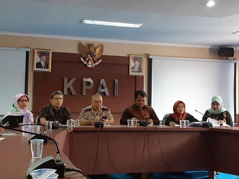 Ketua KPAI Susanto berbicara dalam Konferensi Pers di Kantor KPAI, Jakarta, Jumat (2/11). - Bisnis/Eva Rianti