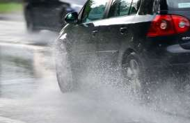 10 Siasat Berkendara Aman Saat Hujan