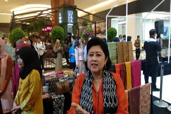 Ani Yudhoyono di di pameran dan bazar tenun Cita Tenun Indonesia di Pacific Place, Jakarta, Kamis (15/11/2018) - Asteria Desi