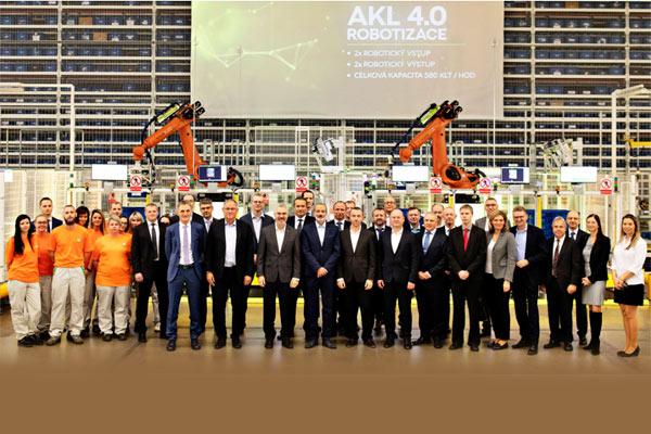Michael Oeljeklaus, KODA AUTO Board Member untuk Produksi dan Logistik, bersama dengan serikat pekerja Skoda.  - Volkswagen