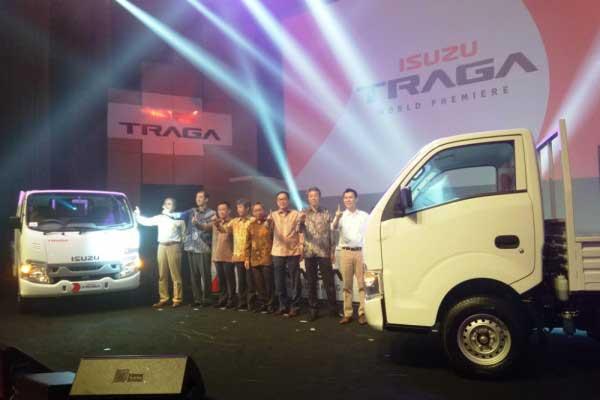 Jajaran direksi PT Isuzu Astra Motor Indonesia memperkenalkan kendaraan niaga di kelas pikap medium Isuzu Traga di Jakarta, Senin (23/4/18). - ANTARA