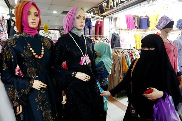 Pengunjung mengenakan cadar berbelanja di toko busana muslim, di Jakarta, Rabu (7/3/2018). - REUTERS/Willy Kurniawan