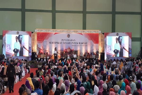 Presiden Joko Widodo (tengah) berbincang dengan milenial BUMN saat peresmian The Telkom Hub di Jakarta, Kamis (1/11/2018).  - Antara