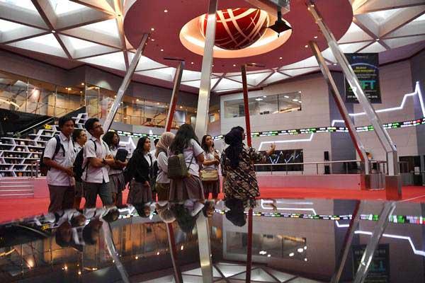 Pelajar mengamati monitor pergerakan Indeks Harga Saham Gabungan (IHSG) di Bursa Efek Indonesia (BEI), Jakarta, Kamis (13/9/2018). - ANTARA/Sigid Kurniawan