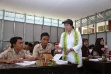 Menko PMK Kunjungi Ruang Kelas Baru Sementara SMPN 4 Praya