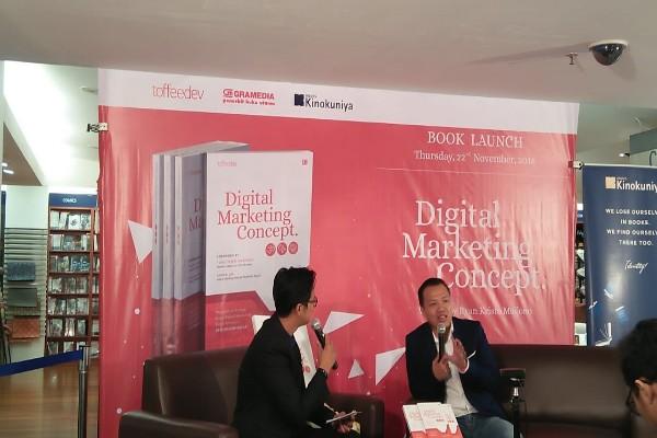 Keterangan Foto:  Penulis Buku Digital Marketing Concept Ryan Kristo Muljono (kanan) dalam acara peluncuran dan bincang buku Digital Marketing Concept di Kinokuniya Bookstore, Plaza Senayan, Jakarta, Kamis (22/11/2018) - Bisnis/Eva Rianti