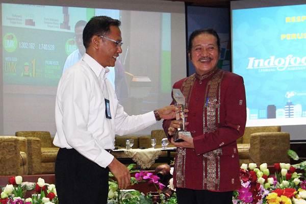 Kepala Badan Pusat Statistik (BPS) Suhariyanto (kiri) memberikan penghargaan BPS Award 2017 kepada Direktur PT Indofood Sukses Makmur Franciscus Welirang,  di Jakarta, Selasa (26/9). - JIBI/Dwi Prasetya