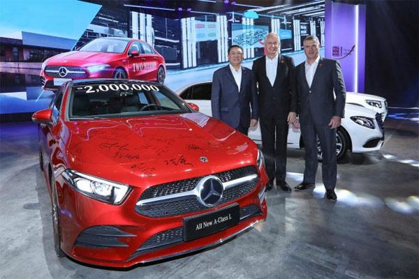 Dari kiri : Xu Heyi, Chairman of BAIC Group; Hubertus Troska, Member of the Board of Management of Daimler AG, responsible for Greater China; dan Arno van der Merwe, President and CEO of BBAC.  - DAIMLER