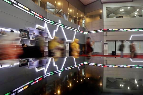 Karyawan melintas di dekat monitor Indeks Harga Saham Gabungan (IHSG) di Bursa Efek Indonesia, Jakarta, Selasa (16/10/2018). - JIBI/Nurul Hidayat
