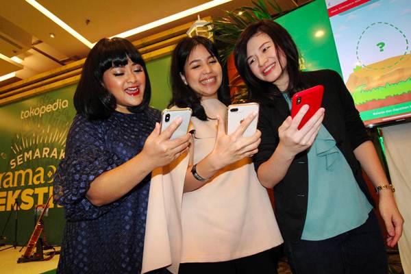 COO Tokopedia Melissa Siska Juminto (dari kanan) berbincang dengan Creative Director & Co-Founder PVRA Kara Nugroho, serta CEO dan pendiri By Lizzie Parra (BLP)  Lizzie Parra pada acara malam puncak Ramadan Ekstra, di Jakarta, Kamis (24/5/2018). - JIBI/Abdullah Azzam