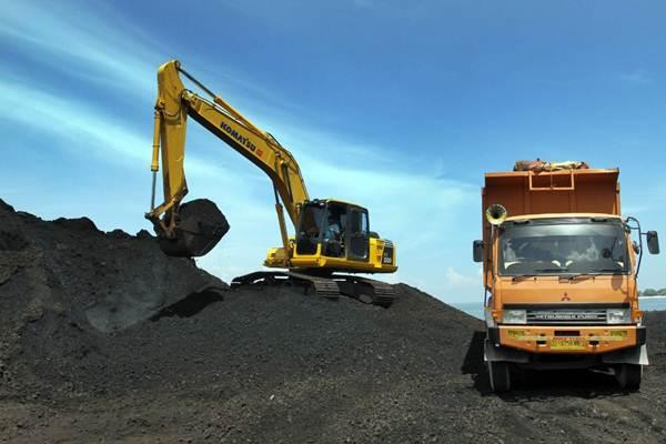 Alat berat dioperasikan untuk membongkar muatan batu bara dari kapal tongkang, di Pelabuhan Makassar, Sulawesi Selatan, Selasa (3/4/2018). - JIBI/Paulus Tandi Bone