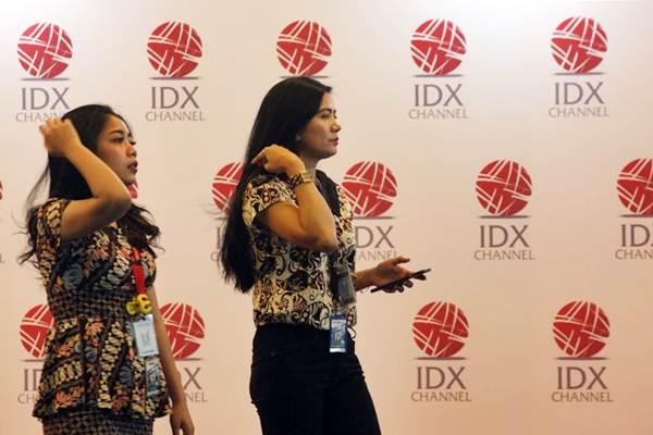 Pengunjung berjalan di dekat logo PT Bursa Efek Indonesia (BEI) di Jakarta, Senin (8/10/2018). - JIBI/Dedi Gunawan