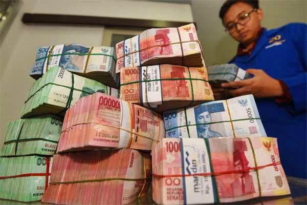 Petugas memeriksa uang di cash center'Plaza Mandiri, Jakarta, Senin (15/5). - Antara/Akbar Nugroho Gumay