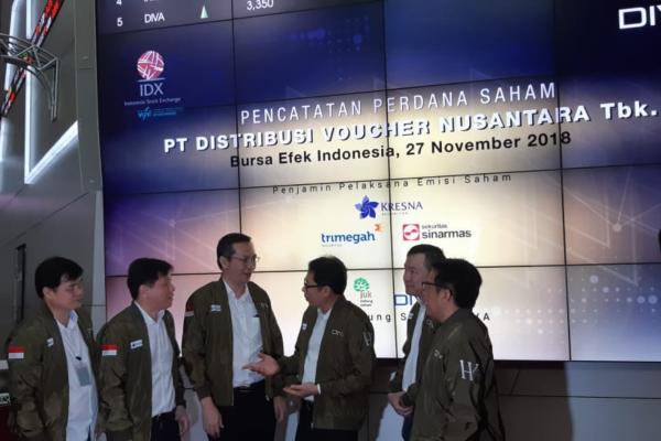 Jajaran Direksi dan Komisaris PT Distribusi Voucher Nusantara Tbk. dalam seremoni pencatatan perdana saham di Gedung BEI, Selasa (27/11/2018). - Bisnis/Dara Aziliya