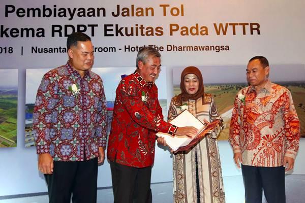 Dirut Waskita Toll Road Herwidiakto (kedua kiri) berbincang dengan Capital Market Services Head Bank Mega Sarmiati Moch Djoeri (kedua kanan), disaksikan Dirut Danareksa Investment Management Marsangap P. Tamba (kiri) dan Dirut Waskita Transjawa Toll Road Sapto Santoso (kanan) seusai menandatangani perjanjian pembiayaan jalan tol melalui skema RDPT Ekuitas pada Waskita Transjawa Toll Road, di Jakarta, Selasa (10/4/2018). - JIBI/Abdullah Azzam
