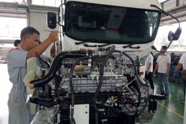 Mekanik sedang membuka mesin diesel Isuzu di Isuzu Training Center, Bekasi, Jawa Barat, Rabu (20/9/17).  - ANTARA