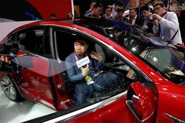 Tesla Model 3 saat dipamerkan pada sesi media preview di Auto China 2018 di Beijing, 25 April 2018.  - REUTERS