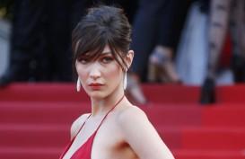 Bella Hadid Kenang Kenakan Gaun Sempit di 'Catwalk'