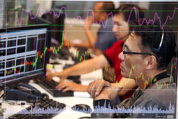 Karyawan mengamati pergerakan harga saham di Profindo Sekuritas Indonesia, Jakarta, Jumat (9/11/2018). - JIBI/Abdullah Azzam