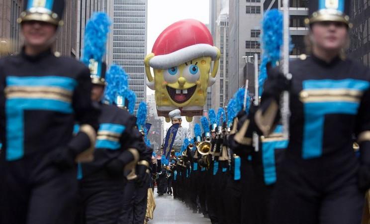Balon SpongeBob SquarePants ikut serta dalam parade tahunan Thanksgiving yang digelar peritel Macys di New York, AS pada 2014. - Reuters/Andrew Kelly