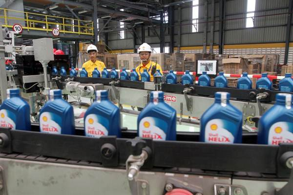 Karyawan mengawasi proses produksi pelumas Shell menggunakan teknologi Jam Jar, di Marunda, Jawa Barat, Rabu (18/10). - JIBI/Endang Muchtar