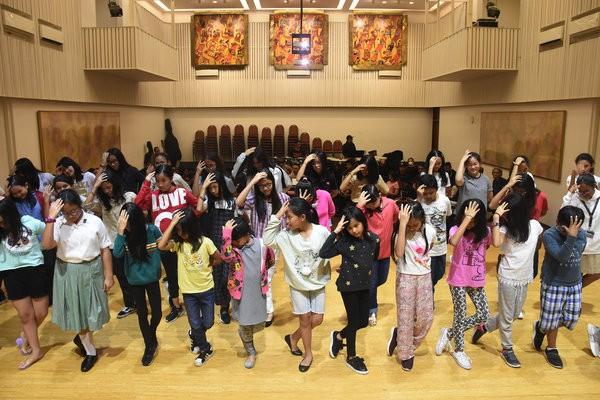 """Kelompok paduan suara The Resonanz Children's Choir (TRCC) beraksi saat sesi latihan jelang Konser Beat It """"A Tribute to Michael Jackson"""" di Balai Resital Kertanegara, Jakarta, Rabu (28/11/2018). Pementasan musik mengenang legenda """"King of Pop"""" Michael Jackson persembahan the Resonanz Music Studio (TRMS) dan didukung oleh Bakti Budaya Djarum Foundation tersebut akan digelar Sabtu (1/12) di Teater Jakarta, Taman Ismail Marzuki. - Antara/Indrianto Eko Suwarso"""