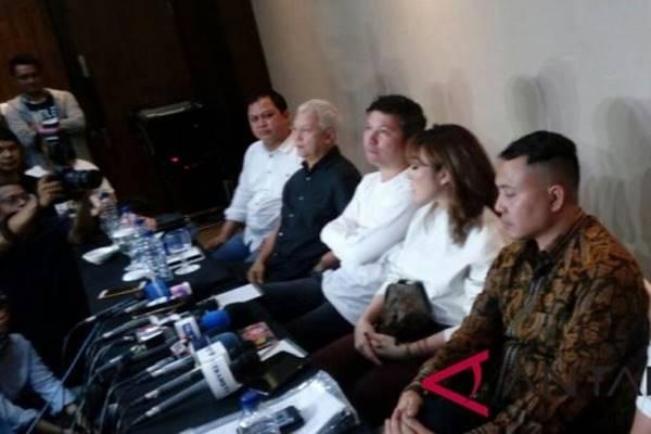 Gading Marten dan Gisella Anastasia beserta pengacara dan keluarga memberi keterangan pers perihal perceraian mereka  di Jakarta, Rabu (28/11). - Antara