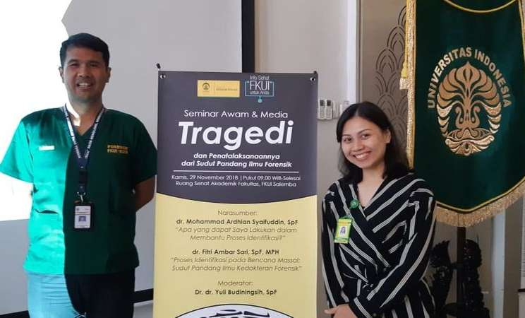 "Dr. Mohammad Ardhian Syaifuddin, SpF (kiri) dan dr. Fitri Ambar Sari, SpF, MPH (kanan) dan  usai mengisi seminar awam dan media ""Info Sehat FKUI untuk Anda, Tragedi dan Penatalaksanaannya dari Sudut Pandang Ilmu Forensik"" di Ruang Senat Akademik Fakultas Kedokteran Universitas Indonesia (UI), Salemba, Jakarta Pusat, Kamis (29/11). - Bisnis/Nur Faizah Al Bahriyatul Baqiroh"