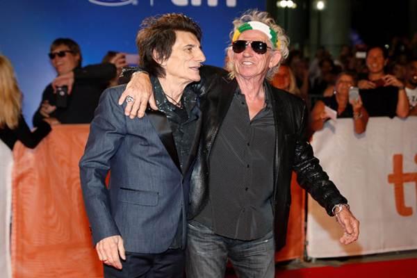 Dua personil grup banda veteran Rolling Stones Keith Richard (kanan) dan Ronie Wodd (kiri) di Festival Film Internasional di Toronto. - REUTERS