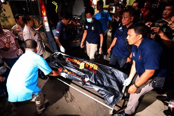 Petugas memindahkan kantong jenazah korban pesawat Lion Air JT 610, di RS Polri, Jakarta Timur, Selasa (30/10/2018). - JIBI/Nurul Hidayat
