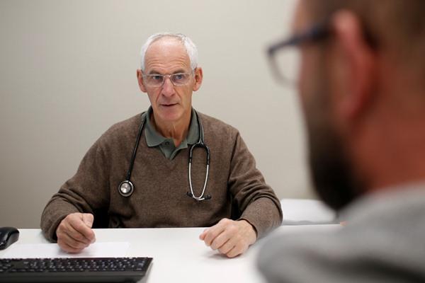 Seorang pensiunan dokter Marcel Blanchard, 68, mendengarkan pasien yang tengah konsultasi di Klinik di Laval, Prancis, 8 November 2018. Reuters - Stephane Mahe