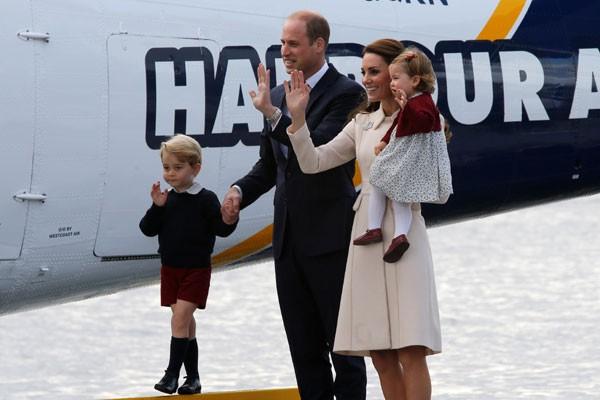 Pangeran William, Putri Catherine, Duchess of Cambridge, Pangeran George dan Putri Charlotte bersiap menaiki pesawat terbang air untuk keberangkatan resmi dari Kanada di Victoria, British Columbia, Kanada, Sabtu. (1/10/2016). - Reuters