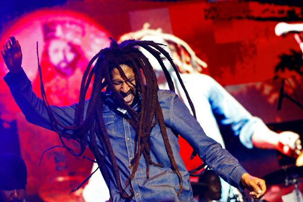Julian Marley, anak Bob Marley, tampil dalam sebuah konser memperingati ulang tahun ke-69 ayahnya di National Stadium, Kingston, Jamaika, pada Jumat, (7/2/2014). - Reuters/Gilbert Bellamy