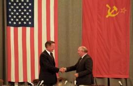Mikhail Gorbachev Puji Peran George H.W. Bush Akhiri Perang Dingin