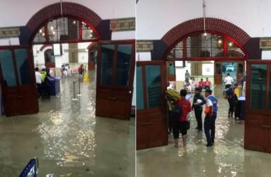 Stasiun Tawang Tergenang Banjir, Penumpang Berbasah Kaki Menuju Peron