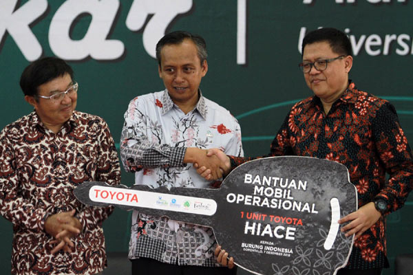 GM TMMIN Teguh Trihono (kanan) menyerahkan secara simbolis donasi mobil kepada Executive Director of Burung Indonesia Dian Agista (tengah) disaksikan VP TDEM Ishimoto, di Universitas Negeri Gorontalo, Jumat (7/12). - TMMIN